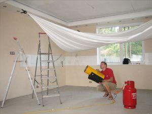 Невезение владельцев квартир с натяжными потолками