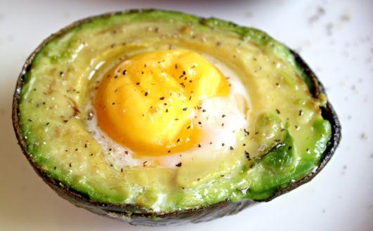 Запеченное яйцо в авокадо