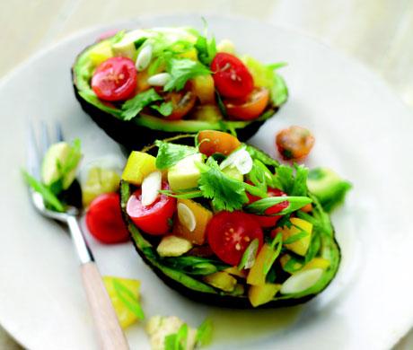 Израильский салат в авокадо
