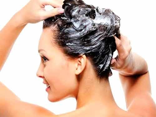 женщина моет голову