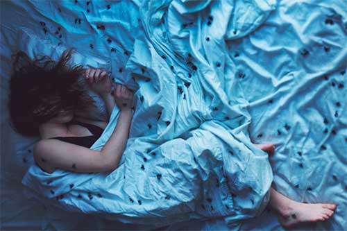 спящая девушка в насекомых