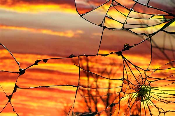 К чему разбилось зеркало в доме и что теперь делать?