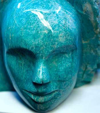 голова человека, выполненная из минерала амазонит