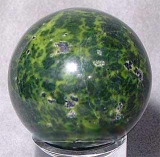 сфера, выполненная из камня змеевик