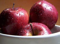 Как правильно мыть яблоки?