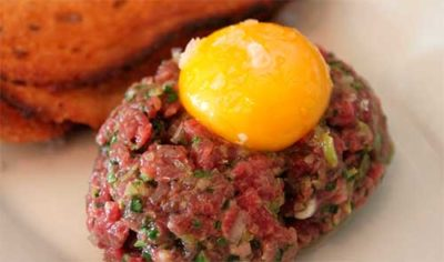 сырой говяжий рубленный бифштекс с сырым яйцом
