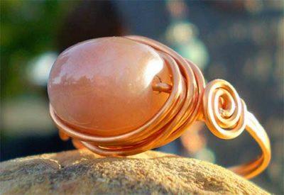 кольцо с персиковым адуляром