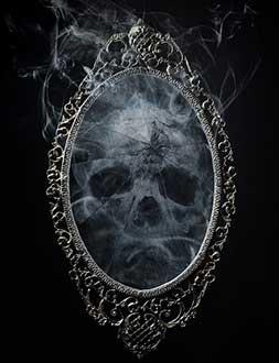 череп в зеркале