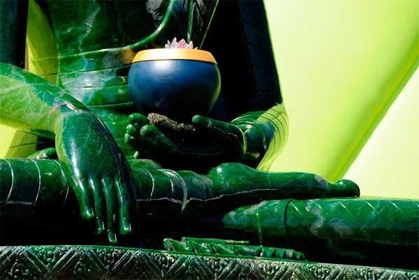 статуэтка Будды, выполненная из нефрита
