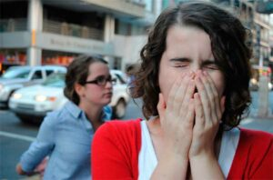 девушка на улице чихает
