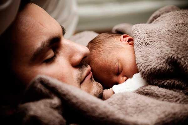 мужчина и младенец