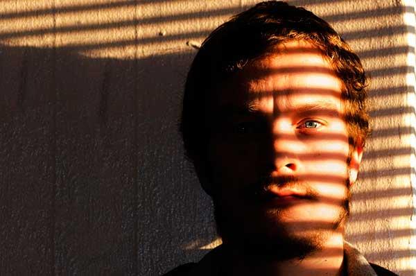 мужчина в тени
