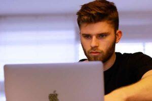 молодой мужчина за ноутбуком