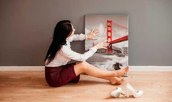 девушка с картиной