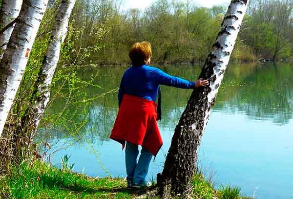 женщина на берегу реки