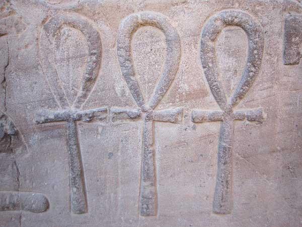 изображение креста Анкх на стене гробницы