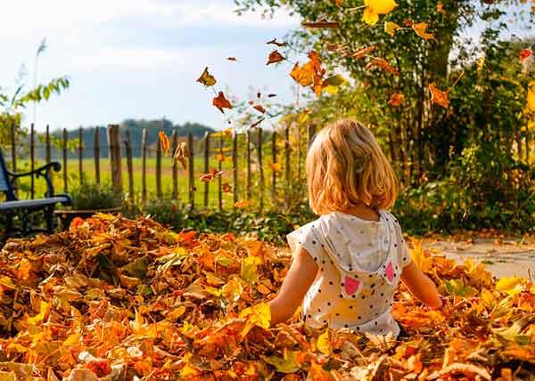 девочка в осенних листьях