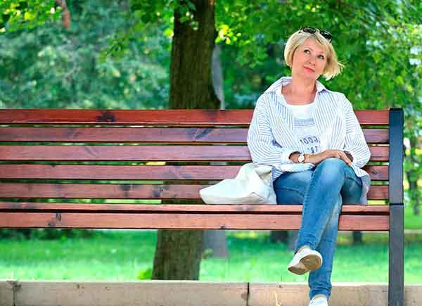 женщина на скамейке