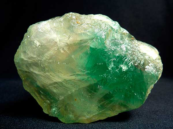 самородок зеленого флюорита