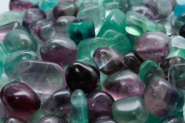 россыпь камушков флюорита
