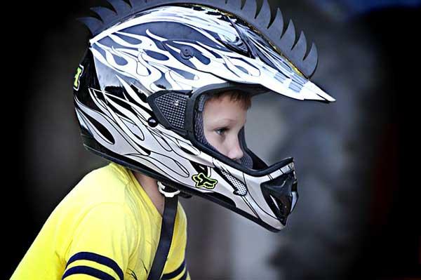 мальчик в шлеме