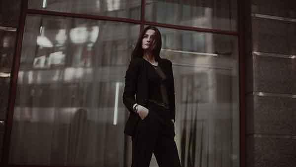 женщина на фоне здания