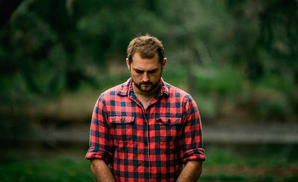 мужчина в клетчатой рубашке