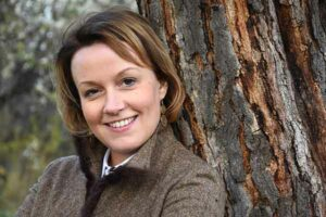 женщина у дерева