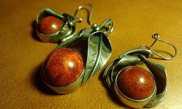 украшение с коричневыми камнями