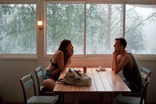 мужчина и женщина за столиком