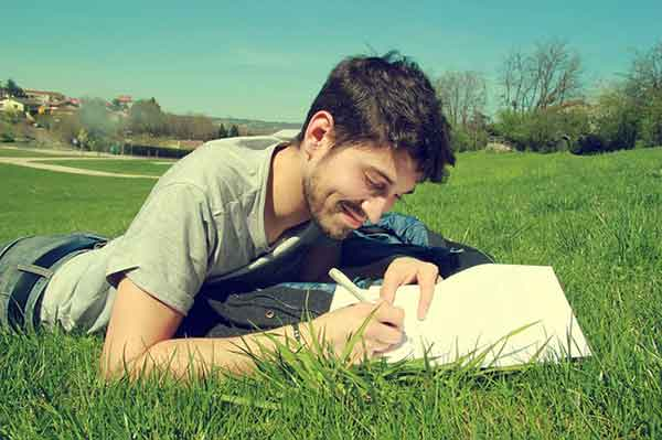 парень на траве