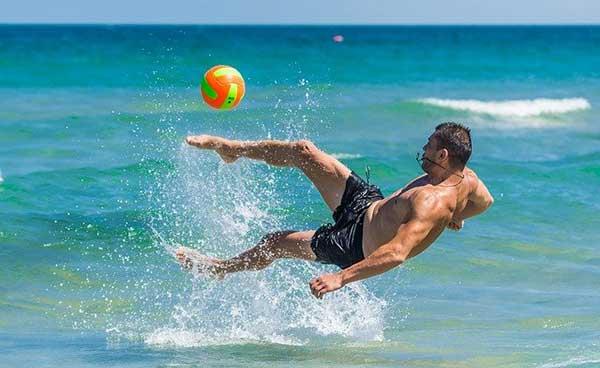 мужчина играет в мяч