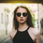 девушка в черных очках