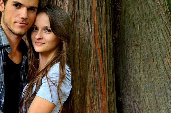 девушка и парень у дерева