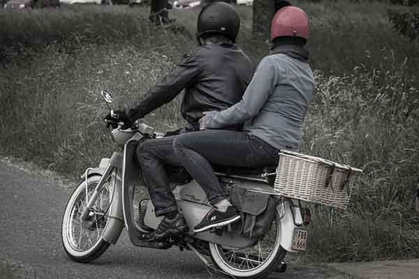 парень и девушка на мотоцикле