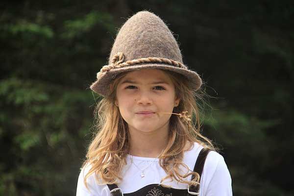 девочка в пастушьей шапке