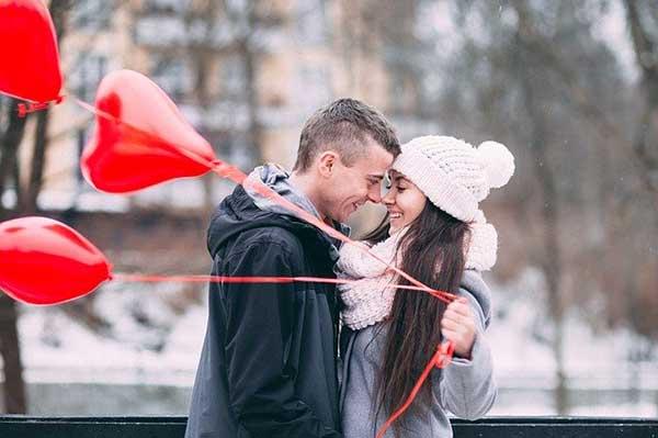 парень и девушка с шариками