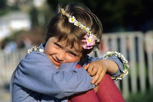 девочка в венке из цветочков