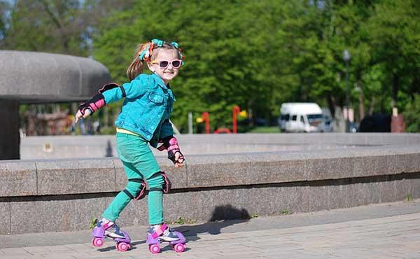 девочка на роликовых коньках