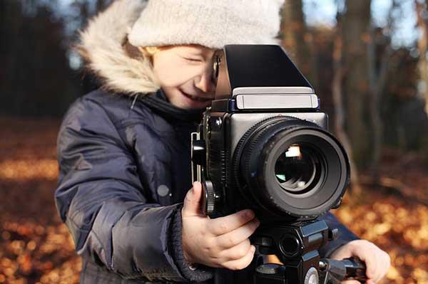 мальчик с видеокамерой