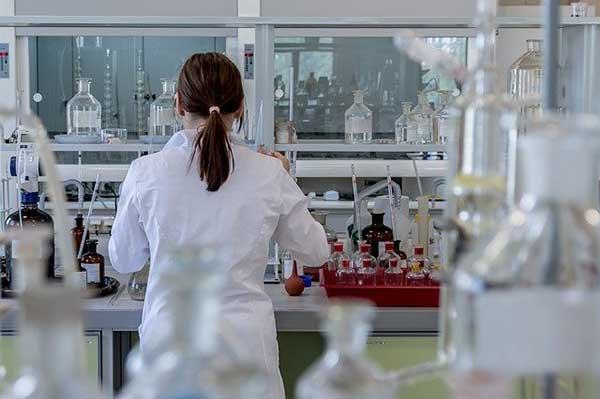 женщина в лаборатории