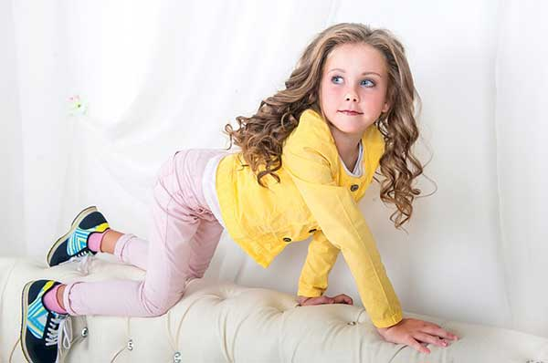девочка на диване