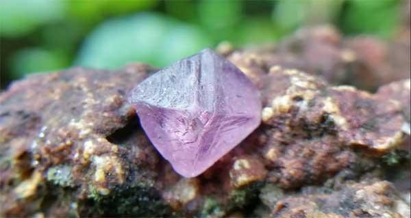 фиолетовая шпинель