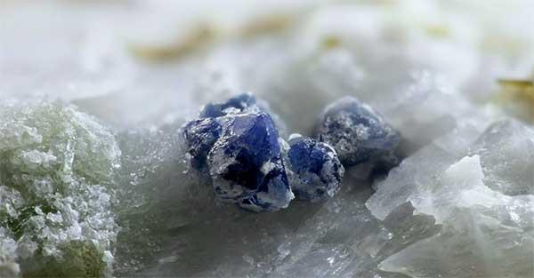 синие камушки