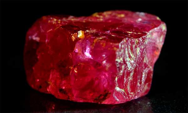 красный вариант камня шпинель