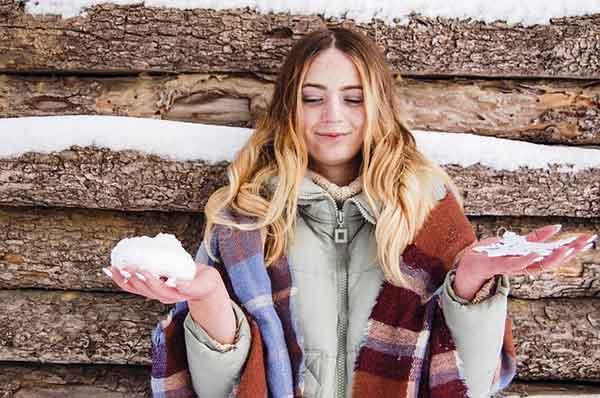 девушка со снежками