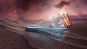 бутылка с корабликом в песке