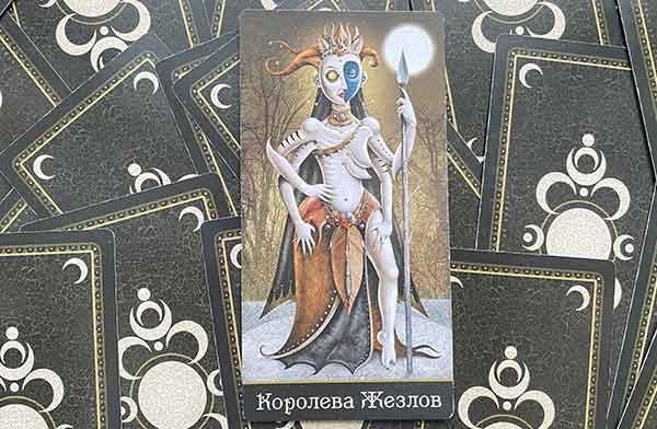 Королева Жезлов колоды Таро Безумной Луны