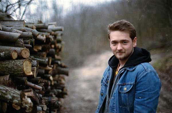 мужчина рядом с дровами