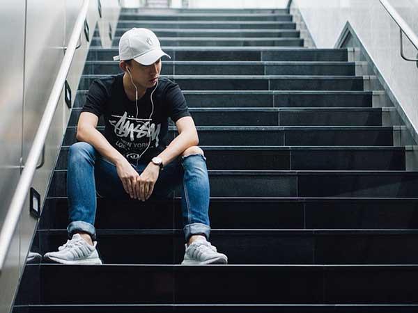 парень на лестнице в подземном переходе